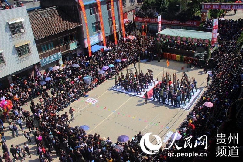 """2017年10月31日,在贵州省从江县庆云镇 """"冻鱼节""""上,人们在进行比赛."""