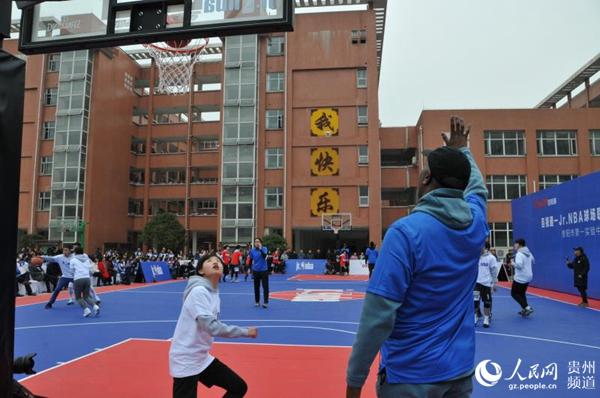 贵州一中学获赠jr.nba篮球场 nba两球星传授篮球技巧