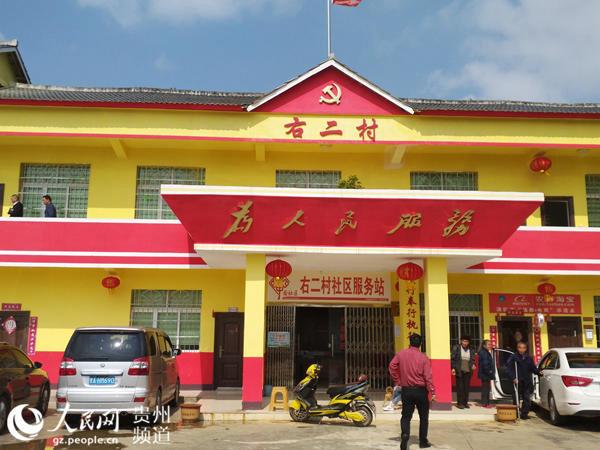 每周三,各部门干部都要聚在服务中心帮助村民解决问题。