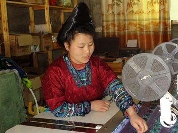 """""""指尖致富""""绣出好日子贵州省从江县斗里乡马鞍村是一个苗族聚居的村寨,近年来该村的妇女依靠技艺精湛的……"""