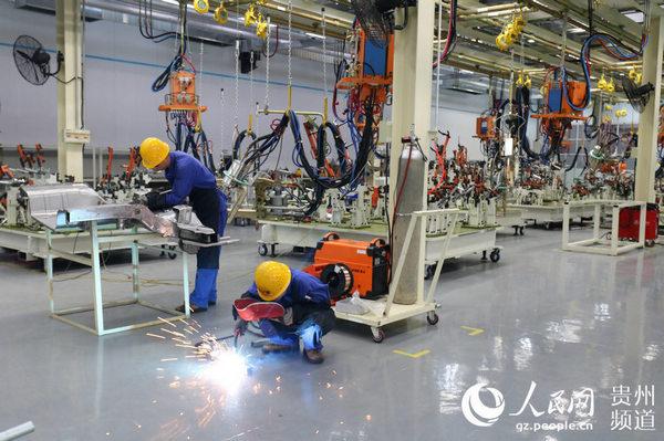 图为位于贵安新区高端装备产业园区内新特汽车工人正在车间忙碌。