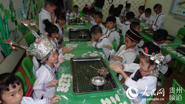 5月30日,貴州省從江縣丙妹鎮中心幼兒園熱鬧極了,天真活潑可愛的孩子們在老師的指導下,正各自在班級裡開展制湯圓、包餃子、包卷粉、制馬打滾,一場別開生面的動手動腦巧手做美食比賽開啟了孩子們喜慶六一兒童節的活動序幕。 在老師們的指導下,孩子們自己動手,一個個同孩子們一樣可愛的食制品活靈活現展示在眼前。 幼兒園的負責人介紹說,目的是通過這樣的活動培養孩子們的動手能力,從小自覺養成愛勞動的習慣。 據介紹,今年的六一兒童節,丙妹鎮中心幼兒園除了開展動手制作食品外,還在為期三天的時間裡開展一系列本土文化藝術