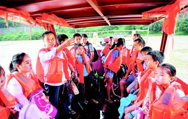 教师们紧急护送240余名学生过江
