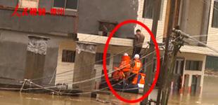 紫云:村寨被洪水围困 消防解救29人        6月22日凌晨,安顺市紫云苗族布依族自治县遭遇暴雨袭击。6时40分许,消防接警求助……