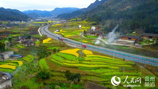 贵州的高速路旁边处处是美景。钟陈强 摄