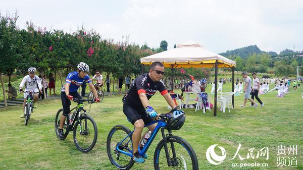 杉坪景区每年都会吸引一批各地的自行车、太极拳、瑜伽等团队到景区训练、游玩。(李宇 摄)