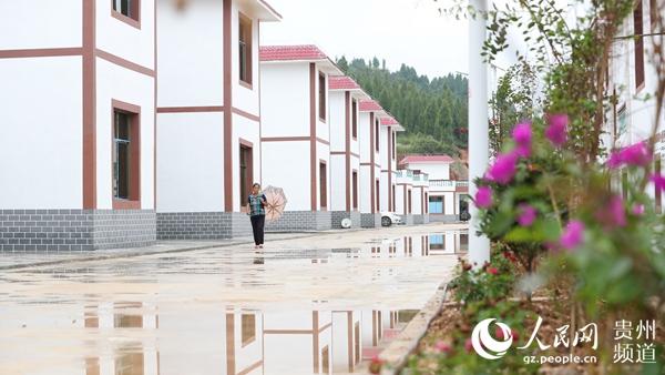 7月3日,在贵州省玉屏侗族自治县田坪镇彰寨村土星寨组,村民们行走