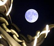 中秋夜一轮圆月挂上空