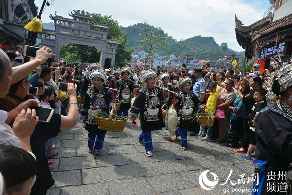 """镇远""""赛龙舟""""文化节活动往届精彩。镇远县文广局供图"""