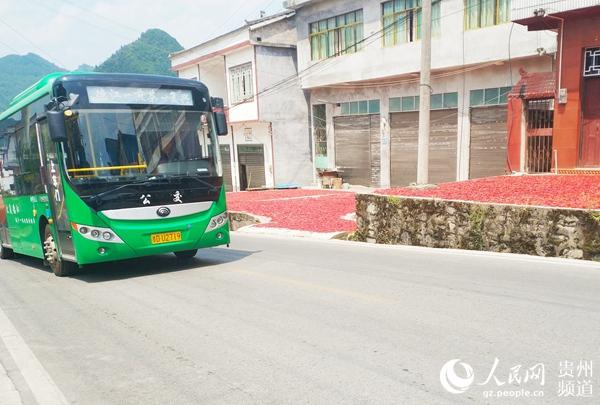 農村通上公交車。龍章榆 攝