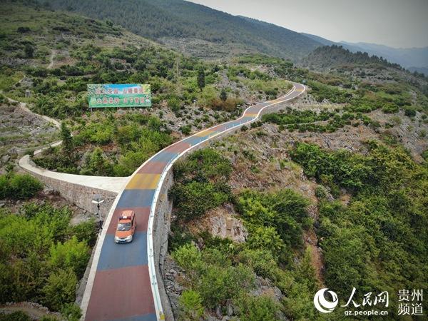 印江自治縣將通組公路建設與當地旅游、農村產業結合。龍章榆 攝