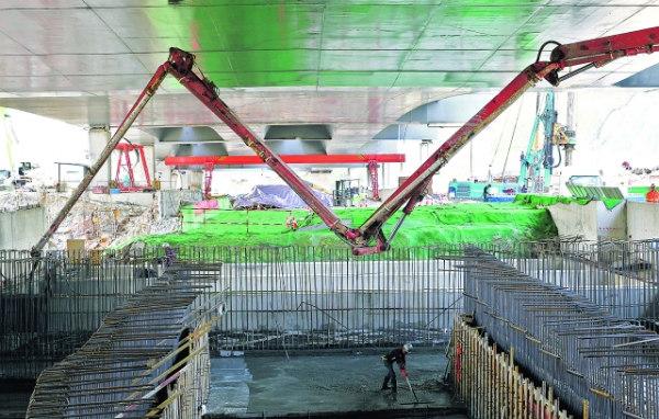 图为轨道交通2号线二期工程小碧站主体结构最后一段顶板在进行混凝土浇筑。 周永 摄 9月27日,随着小碧站主体结构封顶,贵阳轨道交通2号线二期工程8座车站主体结构全部建成。 小碧站位于机场路与见龙洞路交叉口以西,沿机场路呈东西向布置,全长205.5米,宽19.9米,为地下两层岛式车站,采用明挖顺作法施工。 轨道交通2号线二期工程有贵钢站、富源北路站、森林公园站、龙洞堡站、机场站、小碧站、云盘村站、水淹坝站8座车站,线路长13公里。目前,轨道交通2号线二期工程所有区间已贯通约90%,整体土建工程完成80%,