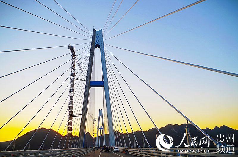 图为12月7日正在施工的平塘特大桥。龙章榆 摄