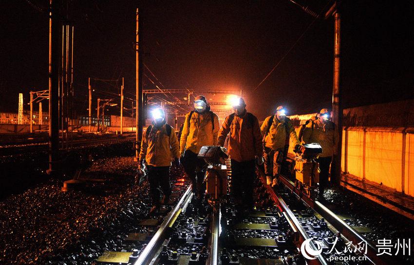 寒风冻雨中 渝贵线上探伤工守护铁路安全