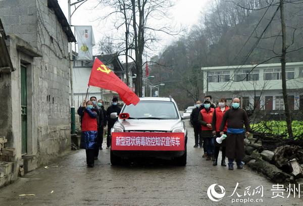 2020年2月2日,在贵州省毕节市黔西县铁石苗族彝族乡米新寨村,车载广播用苗汉语向苗族同胞宣传疫情防控知识。熊军万 摄