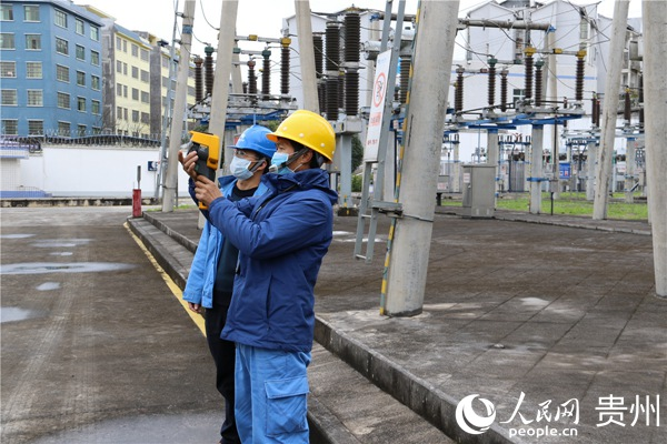 电力员工正在监测用电情况。贞丰县融媒体中心供图