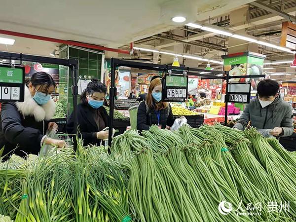 市民在德江县一家超市内选购蔬菜。肖长福 摄
