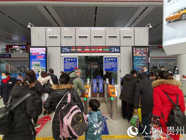 乘客有序排队检票乘车。刘江 摄