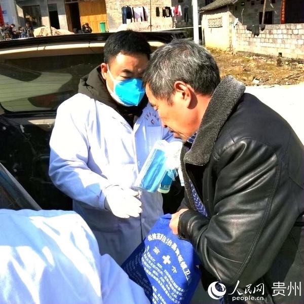 刘斌正在为外出务工的村民发放个人防护物资
