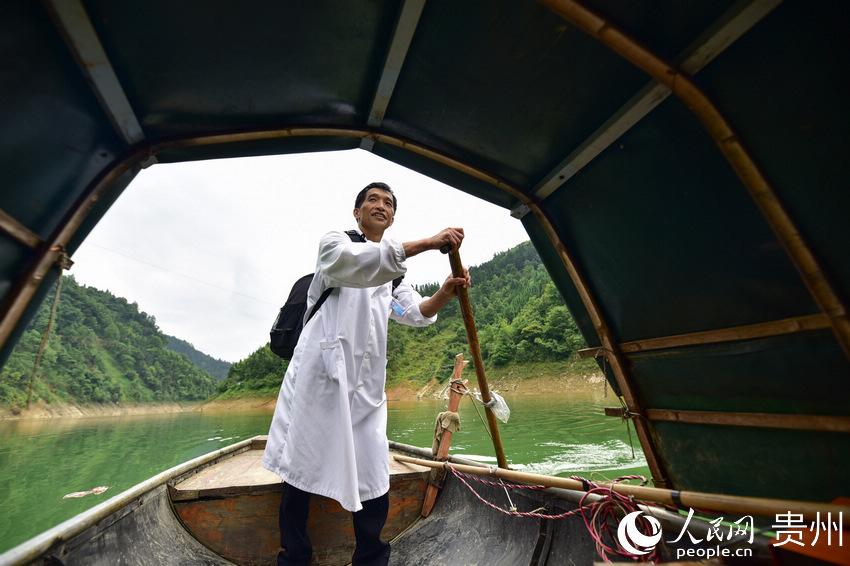 5月27日,出诊途中,村医龙光庆驾驶渡船行驶在贵州省黔东南苗族侗族自治州丹寨县排调镇双尧村的河道上。