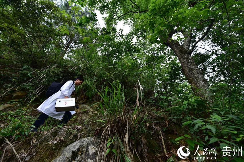 5月27日,村医龙光庆行走在贵州省黔东南苗族侗族自治州丹寨县排调镇双尧村的出诊路上。