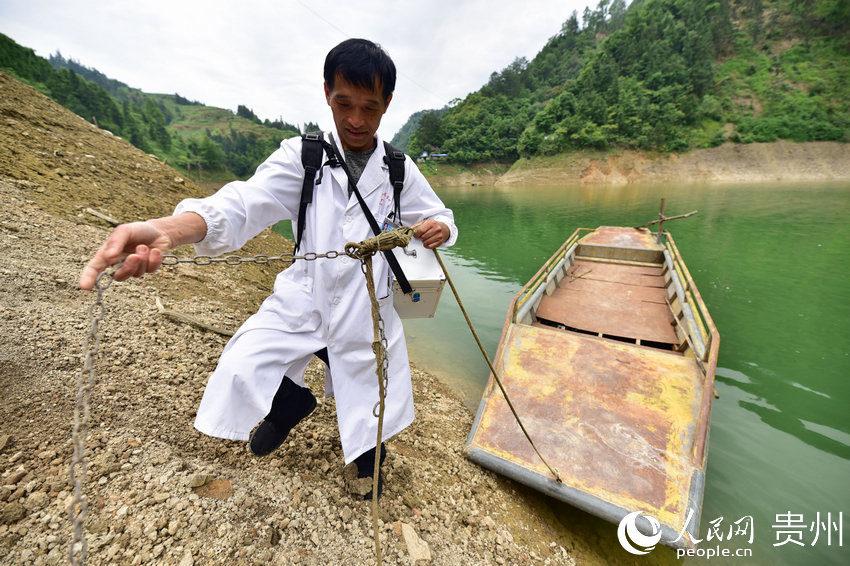 5月27日,出诊途中,村医龙光庆将驾驶的渡船停靠在贵州省黔东南苗族侗族自治州丹寨县排调镇双尧村的河道岸边。