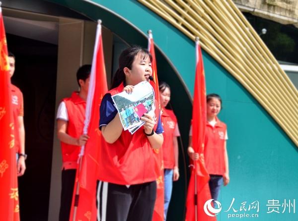 """""""青清河""""保护河湖志愿者唐瑜向与会人员分享自己的巡河故事。王秀芳 摄"""