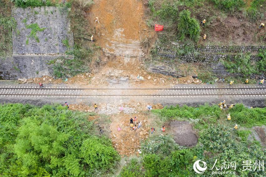 川黔鐵路南白鎮至閣老壩區間發生泥石流現場。朱躍強 攝