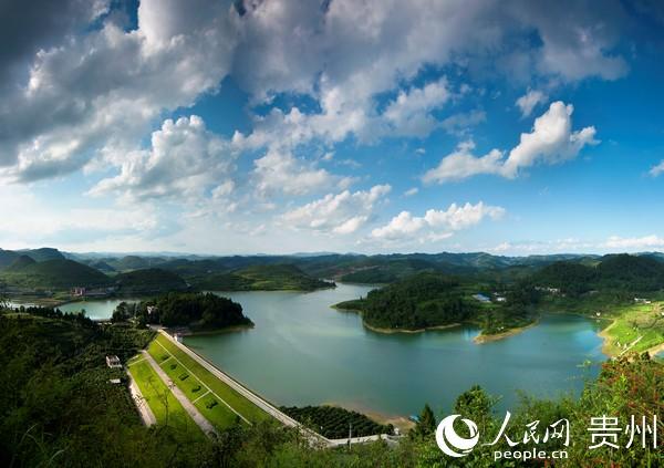 贵州通过开展河湖治理行动,实现水清岸绿。高雪 摄