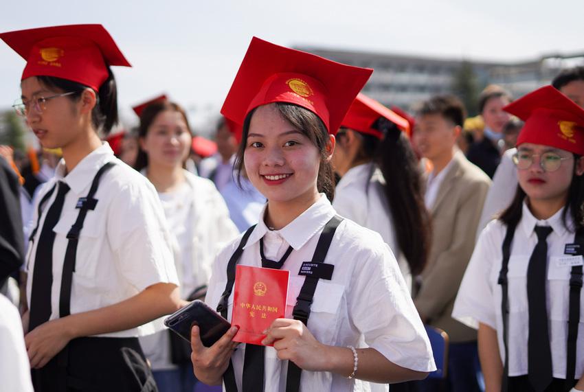"""4月30日,在贵州省丹寨县民族高级中学,学生在""""成人礼""""仪式上。"""