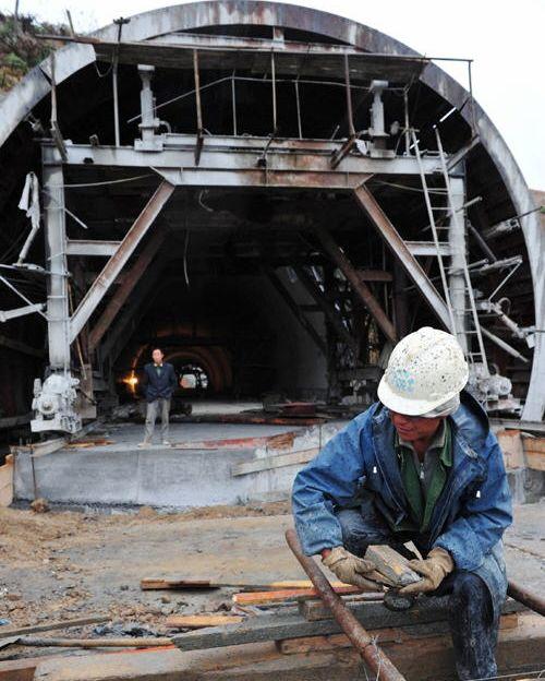 施工人员在贵广高速公路建设现场施工