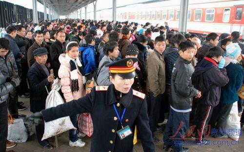 铁路部门工作人员在站台引导旅客