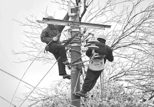 丹寨电力职工忙抢修 电线杆上过新年
